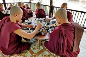 Dag 4 Mandalay monks - Myanmar Around The World Travel
