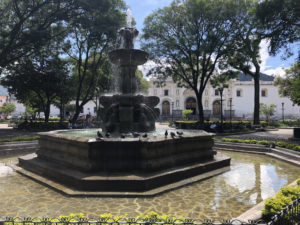 reis_3_dag_01_fontein_antigua - guatemala - around the world travel